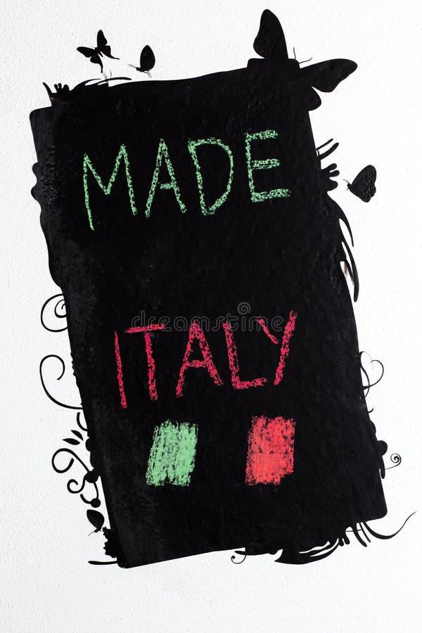 Gjort i Italien handwrite på svart tavla arkivfoto