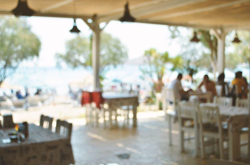 Gjort suddig av Beachfront restaurang Semesterperiod royaltyfria foton