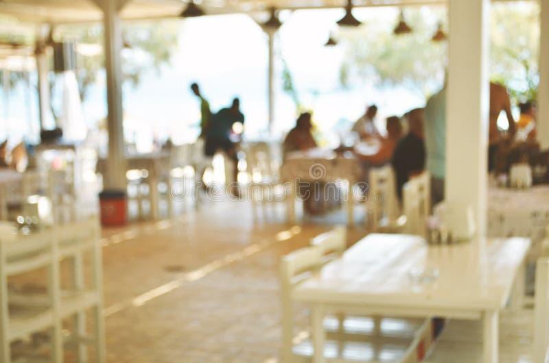 Gjort suddig av Beachfront restaurang Semesterperiod arkivbild
