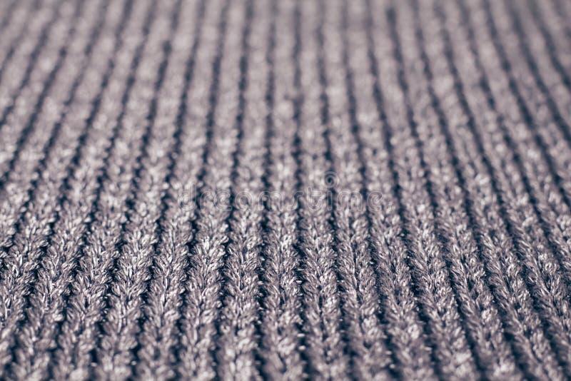 Gjort suddig grått stuckit tyg som göras av silvrigt garn texturerad bakgrund fotografering för bildbyråer