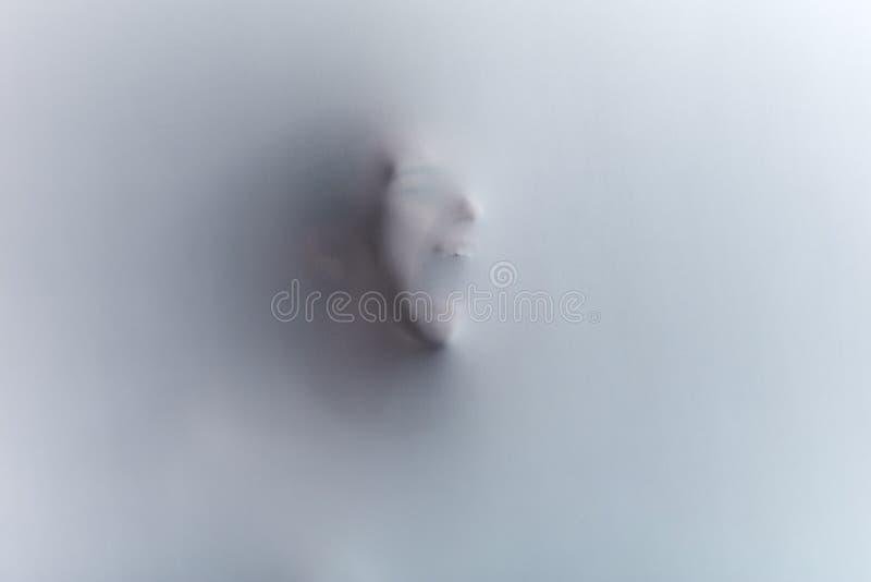 Gjort suddig på svartvitt huvudskott av en man med den breda öppna munnen fotografering för bildbyråer