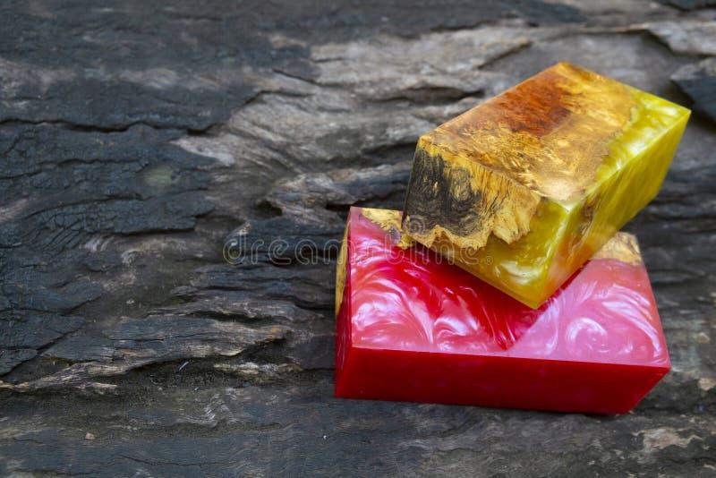 Gjuta epoxy kåda som stabiliserar bakgrund för exotiskt trä för Afzelia burl röd gul, bildfoto för abstrakt konst, tryckdesign oc royaltyfri fotografi