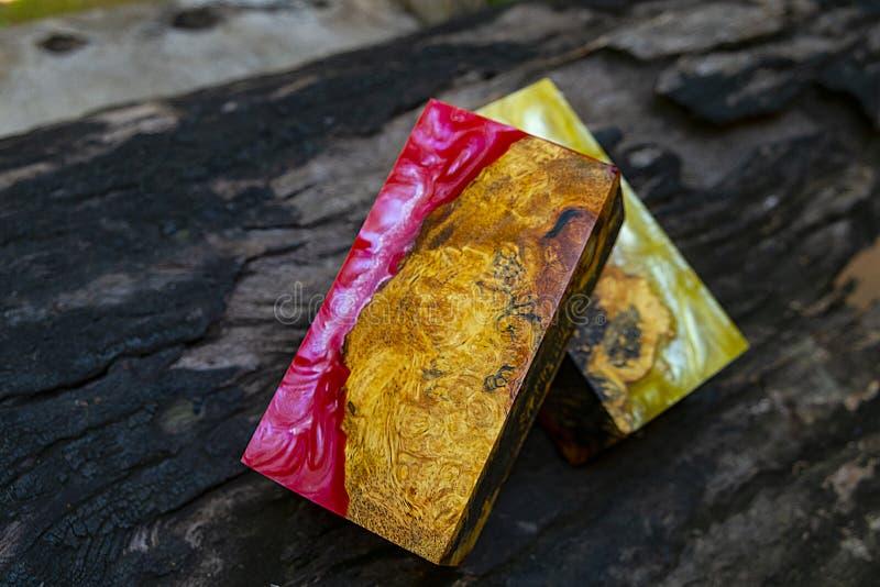 Gjuta epoxy kåda som stabiliserar bakgrund för exotiskt trä för Afzelia burl röd gul, bildfoto för abstrakt konst, tryckdesign oc arkivbilder