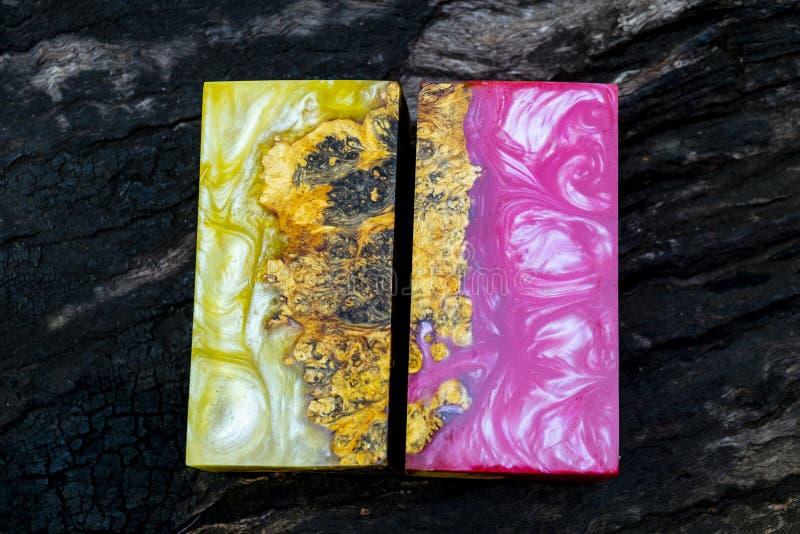 Gjuta epoxy kåda som stabiliserar bakgrund för exotiskt trä för Afzelia burl röd gul, bildfoto för abstrakt konst, tryckdesign oc royaltyfria bilder