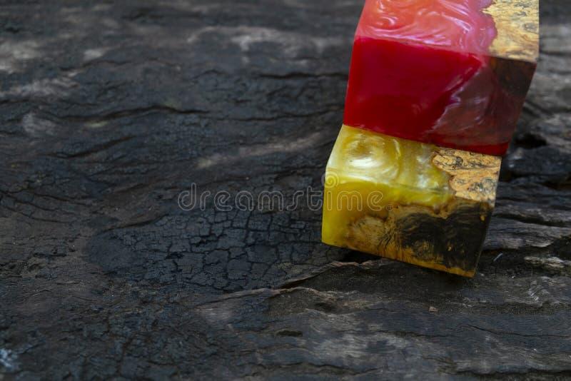 Gjuta epoxy kåda som stabiliserar bakgrund för exotiskt trä för Afzelia burl röd gul, bildfoto för abstrakt konst, tryckdesign oc royaltyfri bild