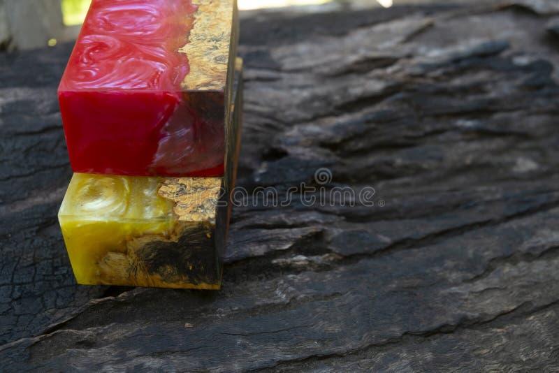 Gjuta epoxy kåda som stabiliserar bakgrund för exotiskt trä för Afzelia burl röd gul, bildfoto för abstrakt konst, tryckdesign oc royaltyfria foton