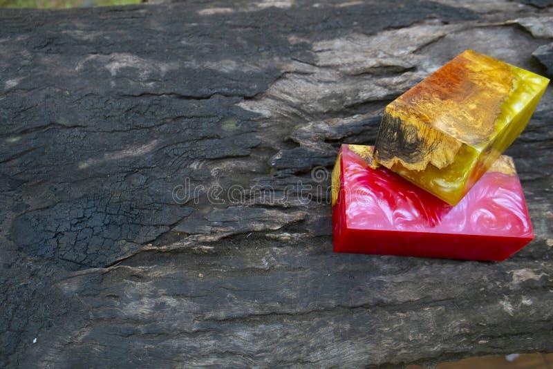 Gjuta epoxy kåda som stabiliserar bakgrund för exotiskt trä för Afzelia burl röd gul, bildfoto för abstrakt konst, tryckdesign oc fotografering för bildbyråer
