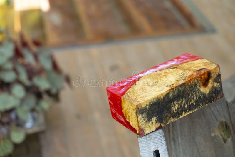 Gjuta epoxy kåda som stabiliserar bakgrund för exotiskt trä för Afzelia burl röd gul, bildfoto för abstrakt konst, tryckdesign oc arkivfoto