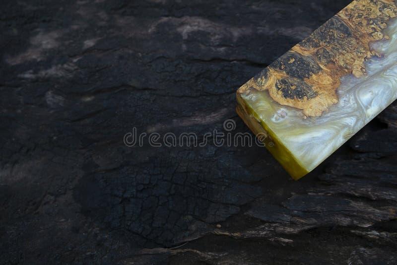 Gjuta epoxy kåda som stabiliserar bakgrund för exotiskt trä för Afzelia burl röd gul, bildfoto för abstrakt konst, tryckdesign oc arkivfoton