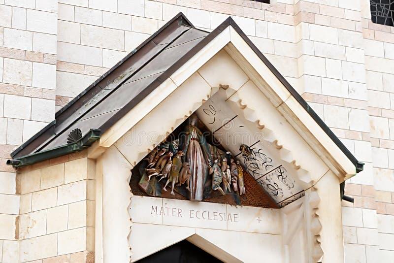 Gjuta ovanför dörren av basilikan av förklaringen, kyrka av förklaringen i Nazareth royaltyfria bilder