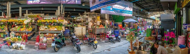 GKOK, THAILAND - FEBRUARI 06: De lokale verse voedselhandelaars leiden binnen zaken gebruikelijk in de Markt van Khlong Khwang op royalty-vrije stock foto