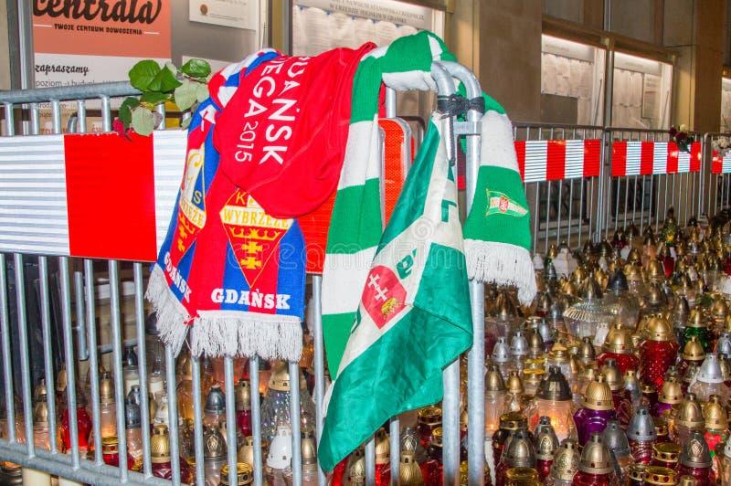 GKS Wybrzeze y bufandas del fútbol del Lechia Gdansk en la entrada al ayuntamiento de Gdansk en la noche fotos de archivo