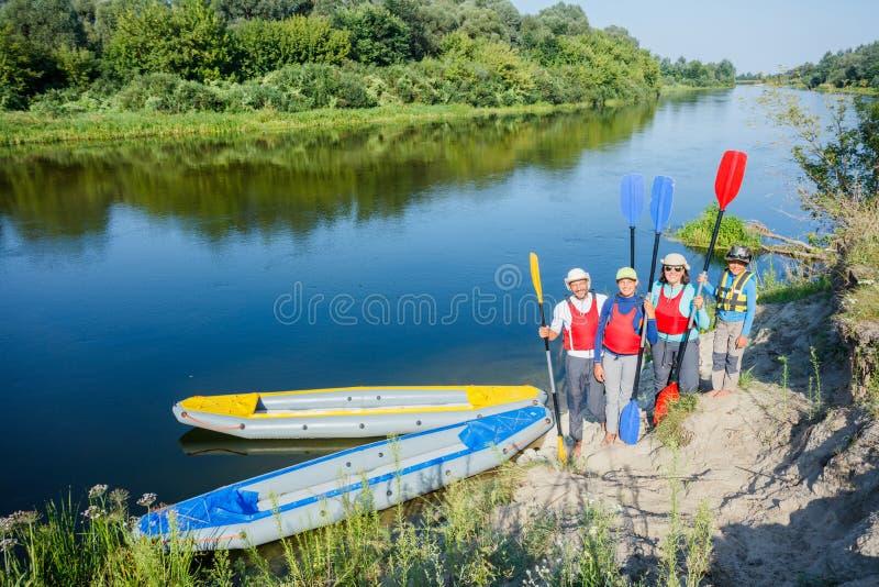 Glückliche Familie mit zwei Kindern, die Kajak genießen, fahren auf schönen Fluss Wenig Jungen- und Jugendlichmädchen, das auf he stockfotografie