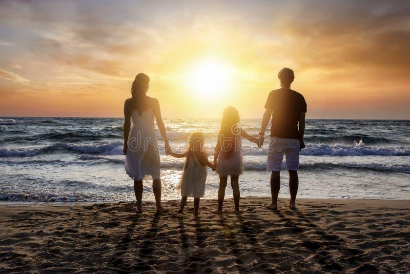 Glückliche Familie steht im Urlaub auf dem Strand lizenzfreies stockbild