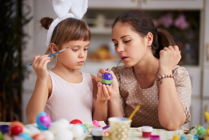Zwei junge Dominas entleeren die Eier