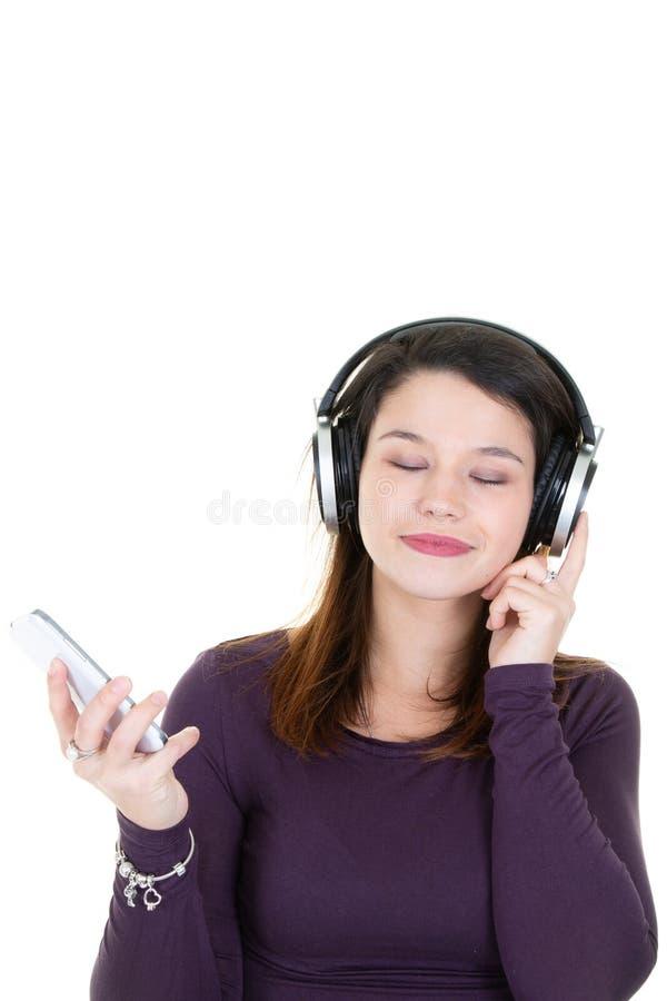 Glückliche lächelnde junge Schönheit mit Kopfhörern liste genießend stockbild