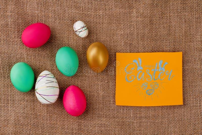 Glückliche Ostern-Karte auf Leinwandhintergrund lizenzfreies stockbild