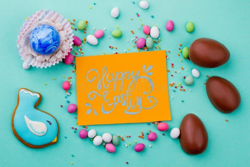 Glückliche Ostern-Karte und -bonbons lizenzfreie stockfotos