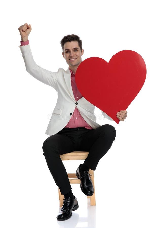 Glücklicher eleganter Mann feiert Valentinstag lizenzfreies stockfoto