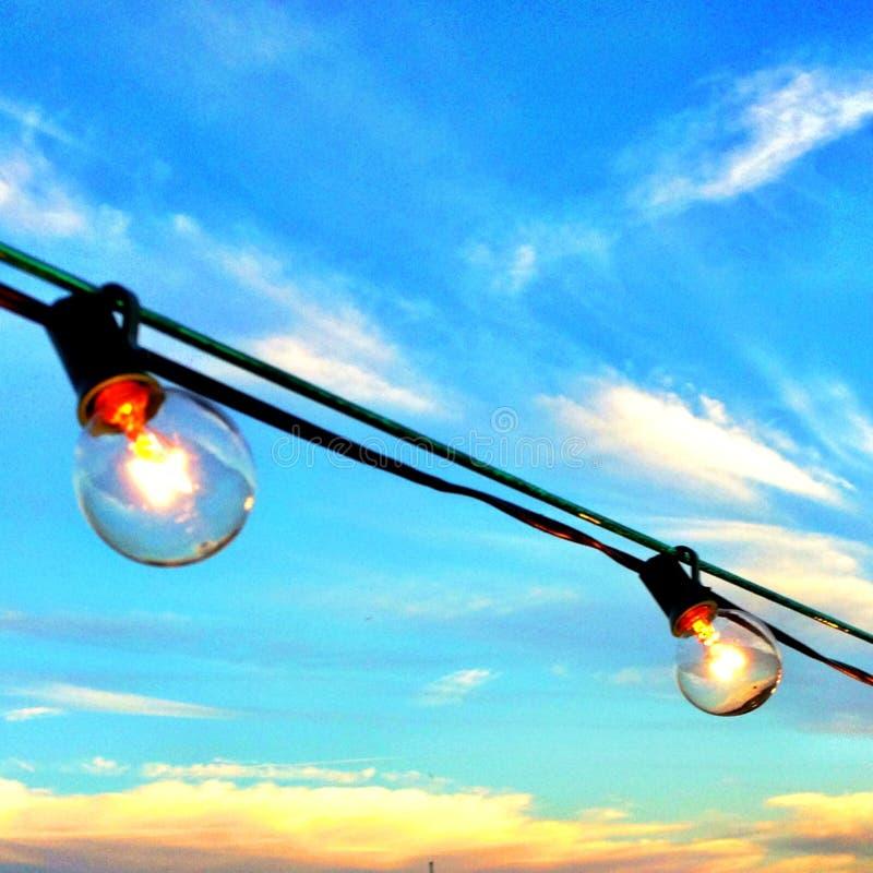 Glühlampen, die draußen im Tageslicht hängen