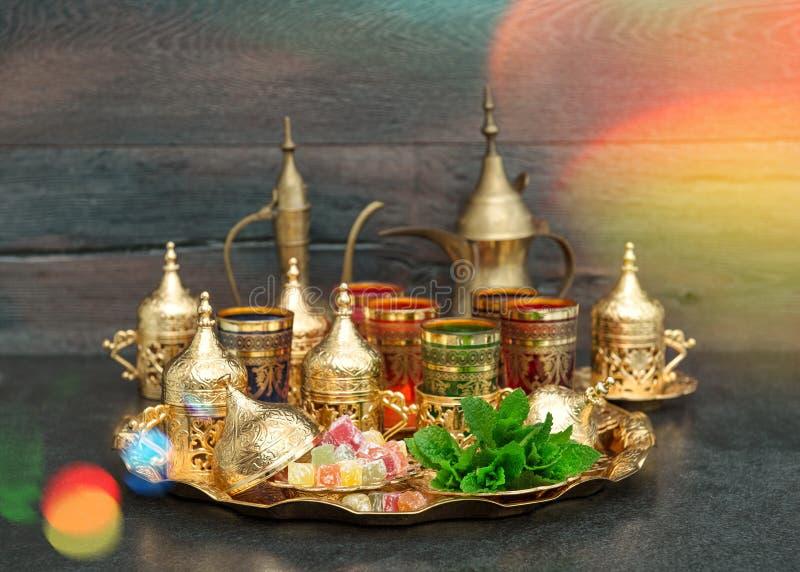 Gläder den guld- disken för orientaliskt tekaffe mintkaramelltappning royaltyfri bild