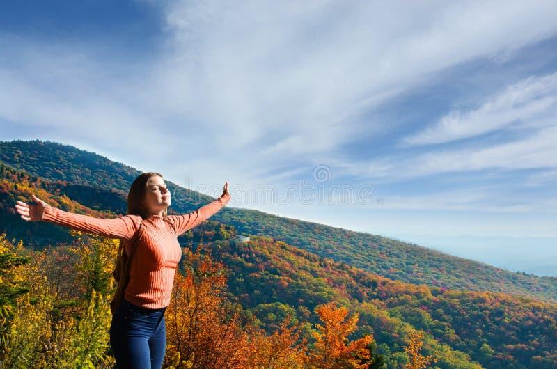 Glädje och frihet, ung kvinna som utomhus tycker om liv fotografering för bildbyråer