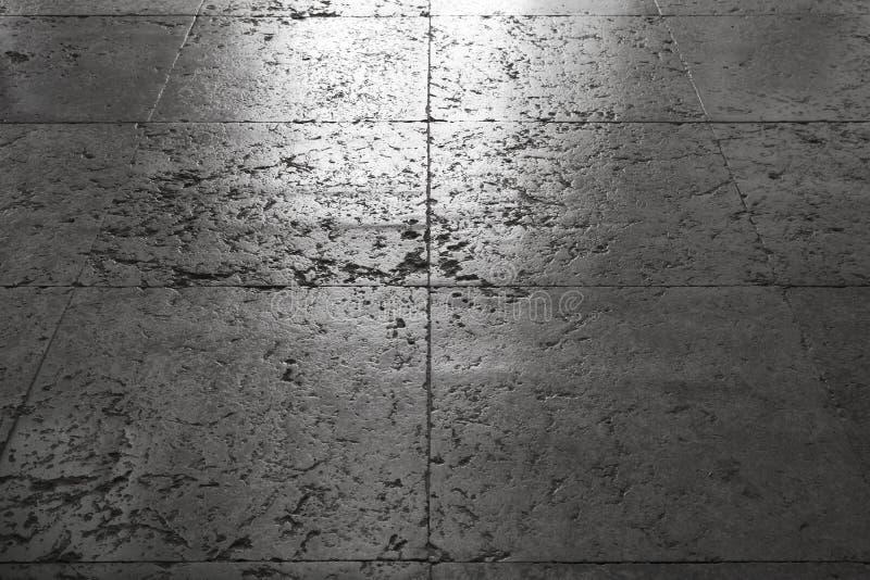 Glänsande forntida belägga med tegel för grå färgstengolv royaltyfria foton