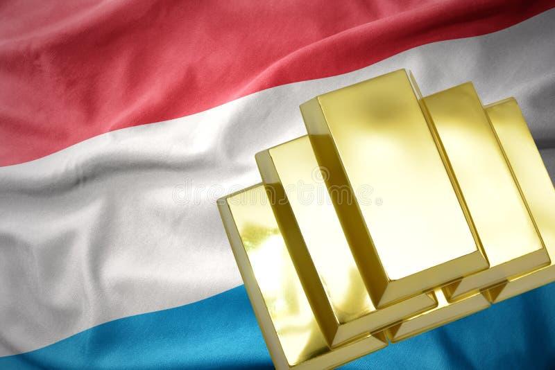 Glänsande guld- guldtackor på den Luxemburg flaggan royaltyfri illustrationer