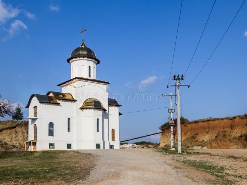 Glänsande guld- kupoler av kyrkan av St Nicholas i strålarna av inställningssolen som lokaliseras nära staden av Brasov i Rumänie arkivfoto