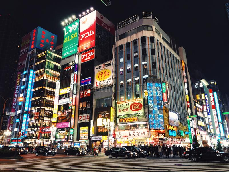 Glänsande och upptagen Tokyo gata royaltyfria bilder