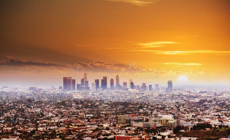 Glänsande sol över Los Angeles på solnedgången fotografering för bildbyråer