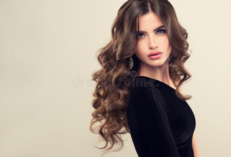 Glänzend, Locken des gut gepflegten Haares frei legend Schönheitsporträt von jungem, Frau perfektly schauend lizenzfreie stockbilder