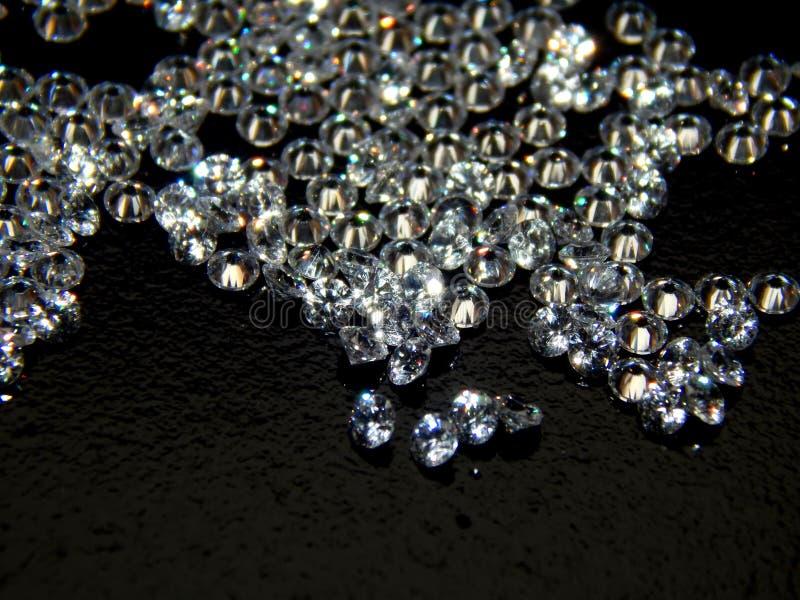 Glänzende Diamanten auf einer schwarzen Hintergrundnahaufnahme lizenzfreie stockfotografie