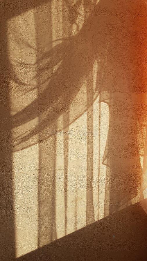 Glänzende erleichterte Schatten von drapiertem Tulle-Vorhang stockfotografie