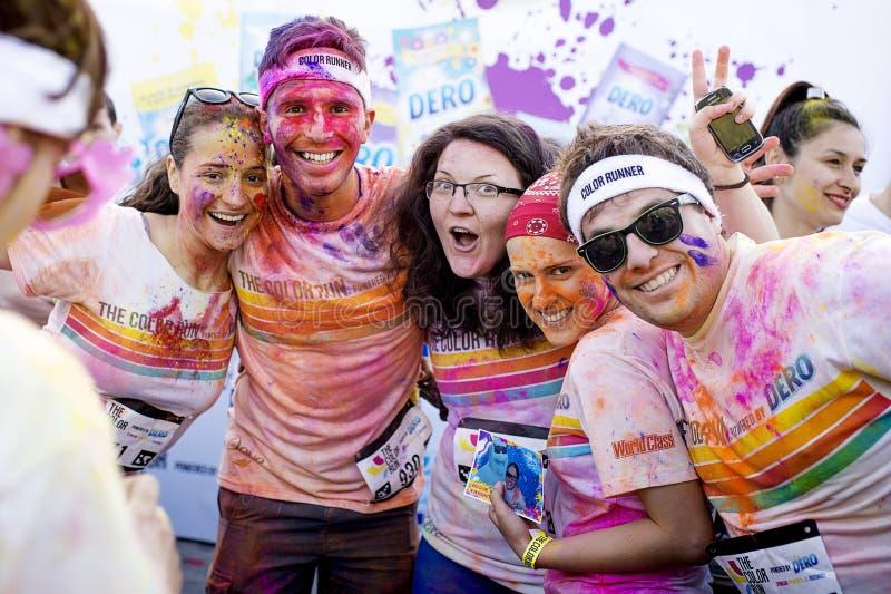 Glänzende glückliche Menschen am Farblauf Bukarest lizenzfreies stockbild