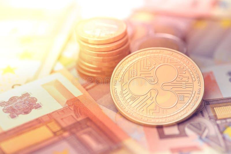 Glänzende goldene KRÄUSELUNG cryptocurrency Münze auf undeutlichem Hintergrund mit Eurogeld lizenzfreies stockfoto
