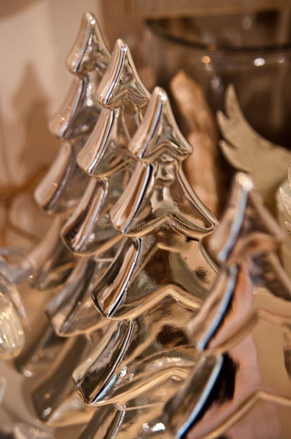 Glänzende goldene Weihnachtsbaumfigürchen stockbilder