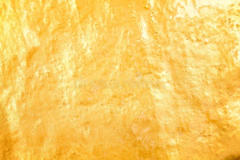 Glänzende Goldfarbe auf Betonmauerbeschaffenheit für Hintergrund stockbilder