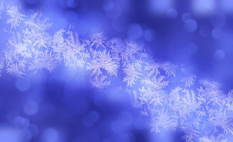 Glänzende Schneeflocken des Winters verwischten Hintergrund in den hellblauen weißen Farben Undeutlicher Weihnachtsfeiertagshinte lizenzfreie abbildung