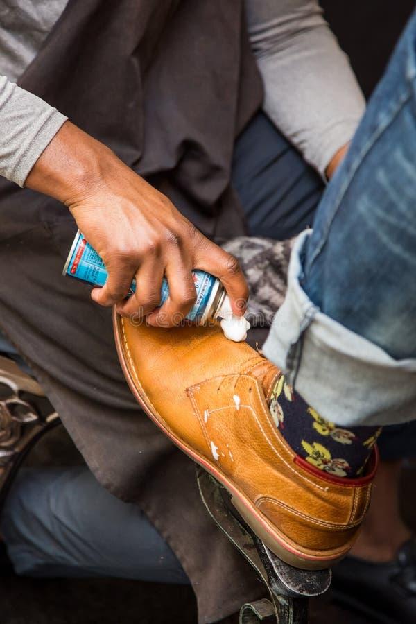 Glänzende Schuhe des Schuhglanzschusses stockbilder