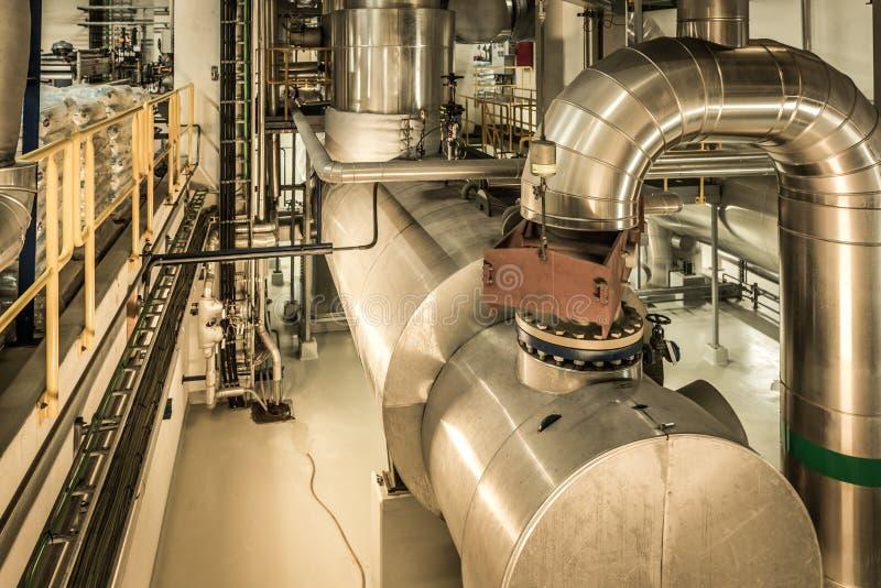 Glänzende Stahlrohre und Behälter innerhalb der Roskilde-Anlage stockfotos