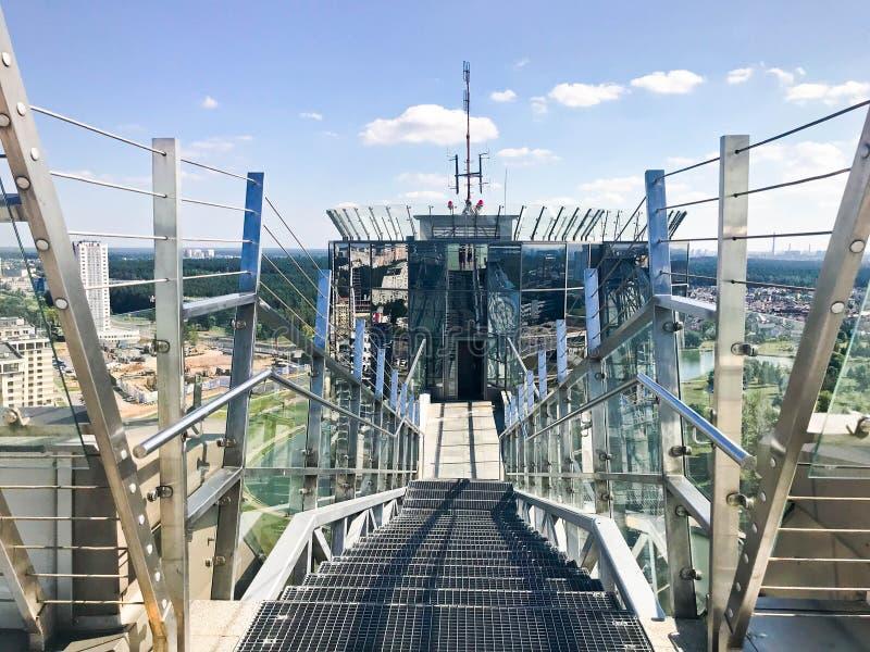 Glänzende Treppe des großen Metallchroms mit Geländern auf dem Dach eines Glaswolkenkratzers, ein hohes Gebäude mit einem Panoram stockfoto