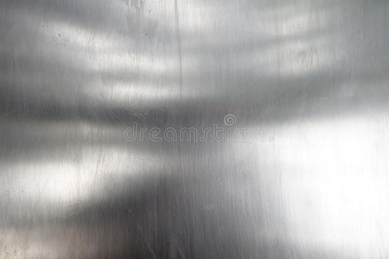 Glänzende und reflektierende Oberfläche der Blechtafel, Nahaufnahmestahlplattenbeschaffenheit mit kleinen Kratzern stockfoto