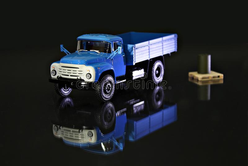 Glänzender blauer Miniatur-LKW stockfotografie