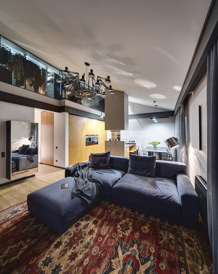 Glänzender Innenraum in der modernen Art lizenzfreie stockbilder