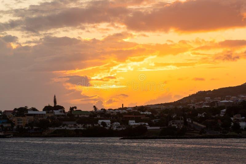 Glänzender Inselsonnenuntergang von der Ufergegend stockfotografie