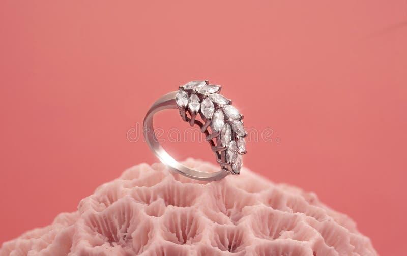 Glänzender Ring auf dem korallenroten Stein stockfotos