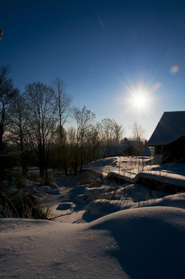 Glänzender Schnee unter blauem Himmel morgens lizenzfreies stockbild