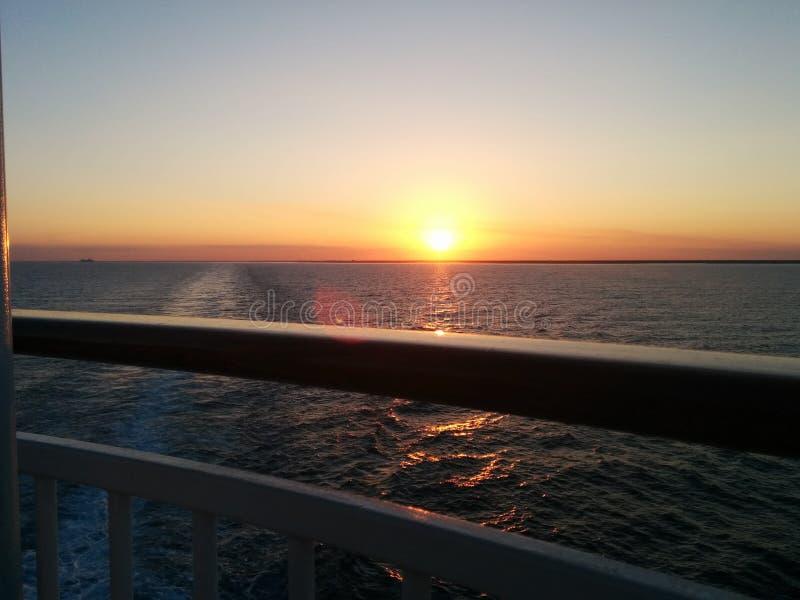 Glänzender Sonnenuntergang vom Kreuzschiff lizenzfreie stockfotografie