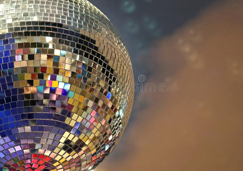 Glänzender Spiegelball mit bunten Höhepunkten an der Disco stockfotos